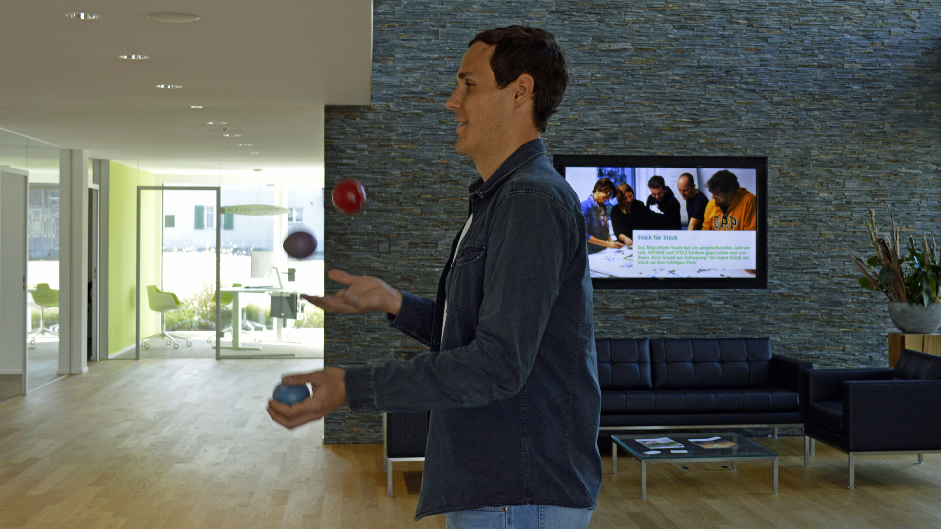Andreas jongliert mit Bällen