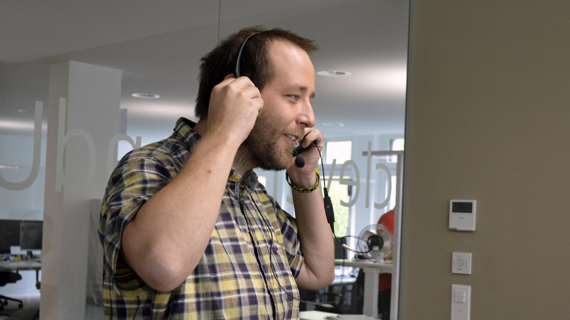 Manuel telefoniert gerade mit einem Kunden