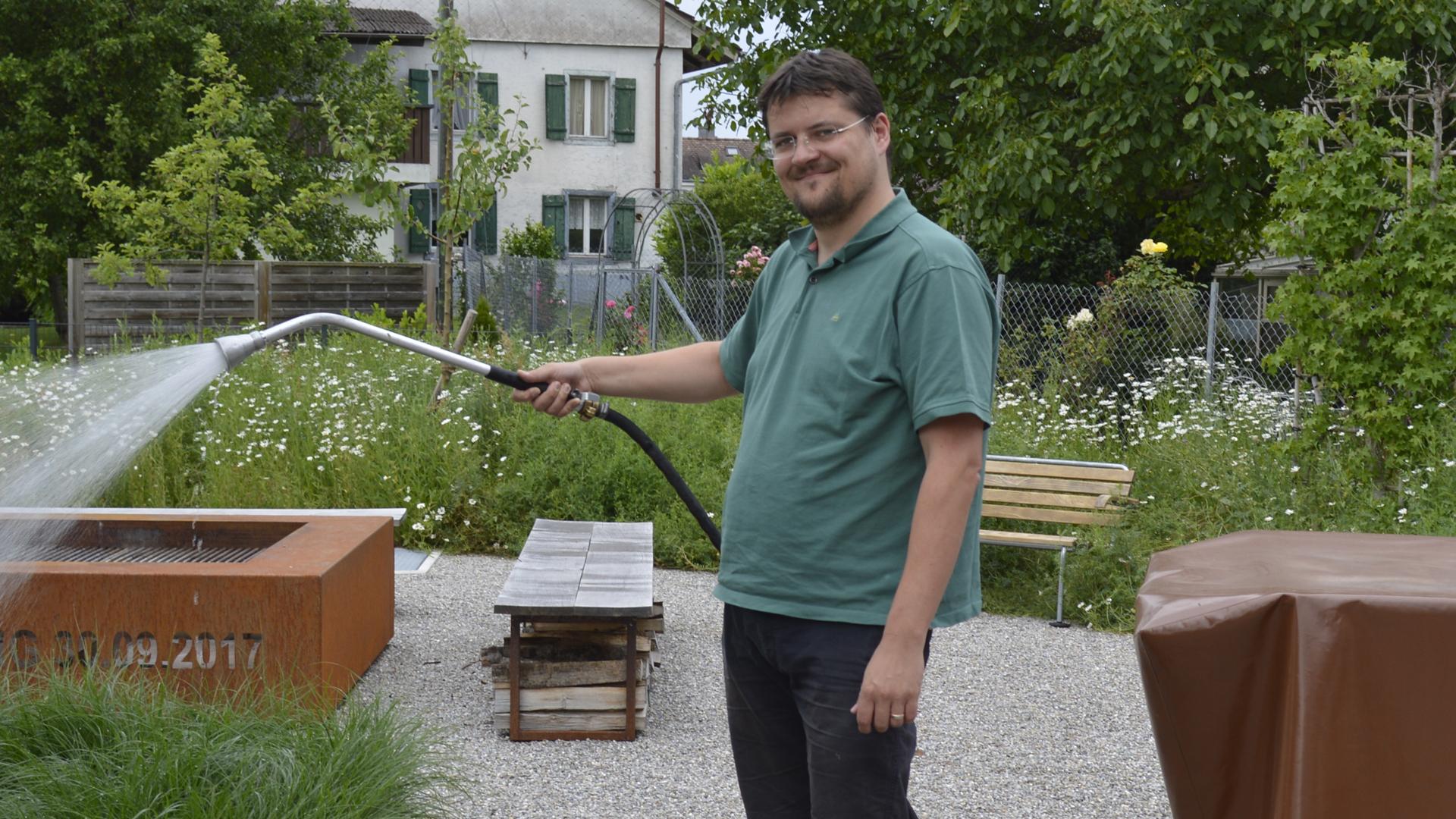 Simon bewässert den Garten